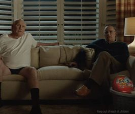 Terry Bradshaw sits on the couch with Jeffrey Tambor for Tide ad
